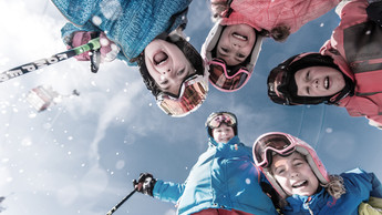 Families with children enjoy a skiing day in the Snow Space Salzburg with the family-day ticket of the Ski Amade