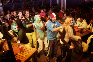 Winter sports athletes doing a conga line during an après-ski party at a bar in Flachau at Snow Space Salzburg | © Flachau Tourismus  GmbH