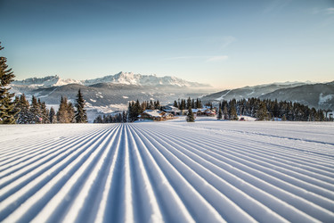 View of Flachau on the freshly groomed slope in the ski area Snow Space Salzburg with 120 kilometers of pistes. | © Bergbahnen Flachau GmbH