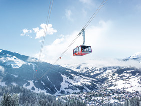 View of G-LINK, the world's biggest aerial tramway, towards the snow-covered valleys of Wagrain at Snow Space Salzburg | © Oczlon Walter, Bergbahnen AG Wagrain