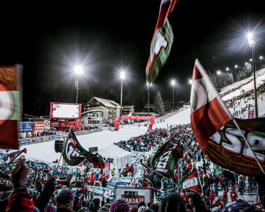 Cheering spectators in the finish area of the Audi FIS Alpine Ski World Cup women's night slalom with the Hermann Maier World Cup racetrack in the background | © Skiweltcup Flachau